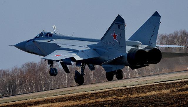 МиГ-31 БМ во время посадки на военном аэродроме. Архивное фото
