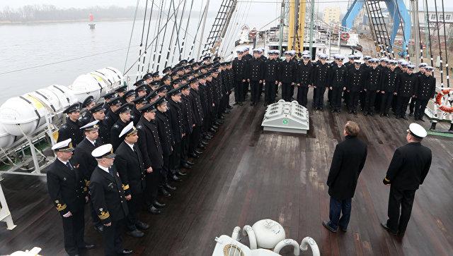 Курсанты и студенты морских вузов страны на борту учебного парусного судна Крузенштерн перед отправкой в первый рейс нового сезона