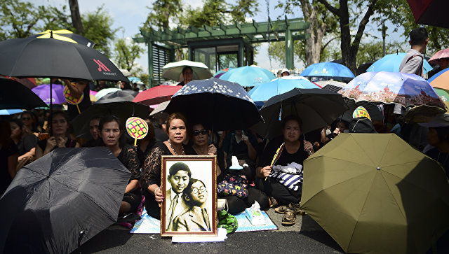 ВТаиланде недостаток черной одежды из-за траура покоролю
