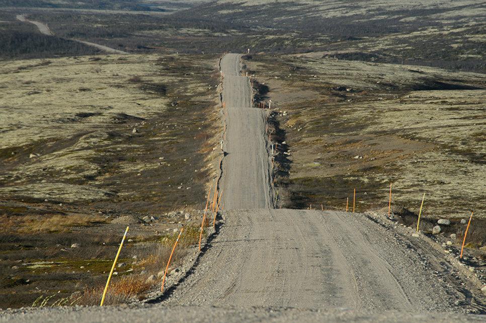Дорога в селе Териберка Кольского района Мурманской области