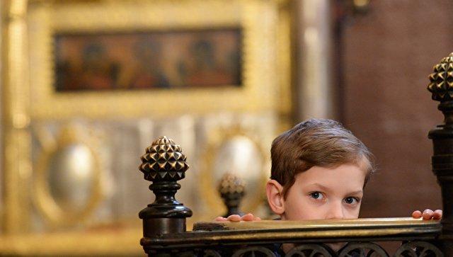 Православные верующие на Божественной литургии в праздник Казанской иконы Божией Матери