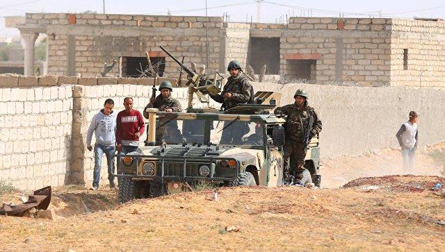 Военные патрулируют город Бен-Гардан после нападения боевиков ИГИЛ, Тунис