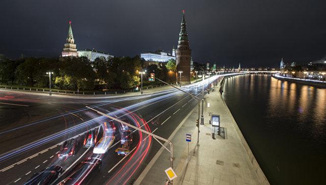 Московский Кремль и Кремлевская набережная в Москве. Архивное фото