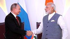 Президент РФ Владимир Путин и премьер-министр Республики Индии Нарендра Моди на церемонии подписания совместных документов по итогам переговоров в индийском штате Гоа. 15 октября 2016