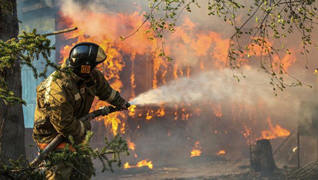 Сотрудники пожарной охраны МЧС России. Архивное фото
