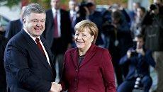 Канцлер Германии Ангела Меркель и президент Украины Петр Порошенко перед ужином Нормандской четверки в Берлине