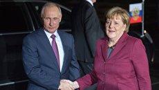 Президент РФ Владимир Путин и канцлер Германии Ангела Меркель у ведомства федерального канцлера Paul-Lobe-Haus перед началом переговоров лидеров стран нормандской четверки