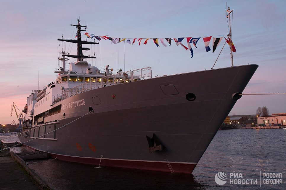Корабли Военно-морских сил России во время парада честь Дня Военно-Морского Флота России в Кронштадте. 30 июля 2017
