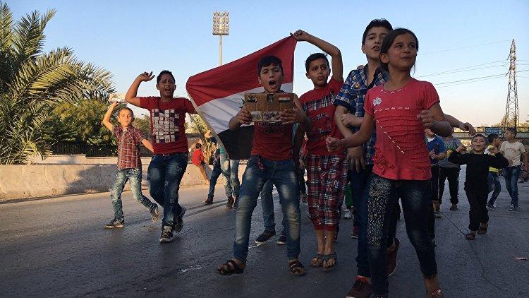 Сирийские дети рядом с гуманитарным коридором. Архивное фото
