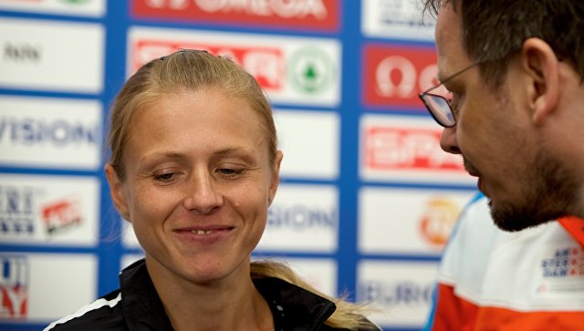 Юлия Степанова общается с журналистом телеканала ARD Хайо Зеппельтом