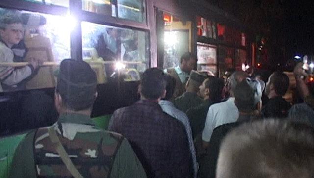 Сирийцы песнями встречали автобусы с освобожденными жителями восточного Алеппо