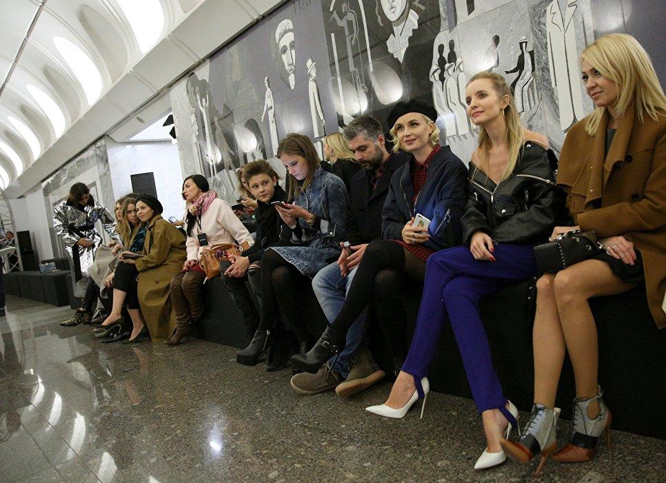 Певица Полина Гагарина, е муж Дмитрий Исхаков, продюсер Яна Рудковская на показе коллекции модельера Александра Терехова на платформе станции Достоевская