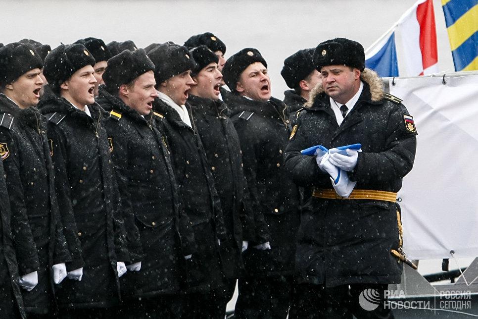 Военнослужащие на церемонии передачи ВМФ РФ дизель-электрической подводной лодки Великий Новгород в Санкт-Петербурге