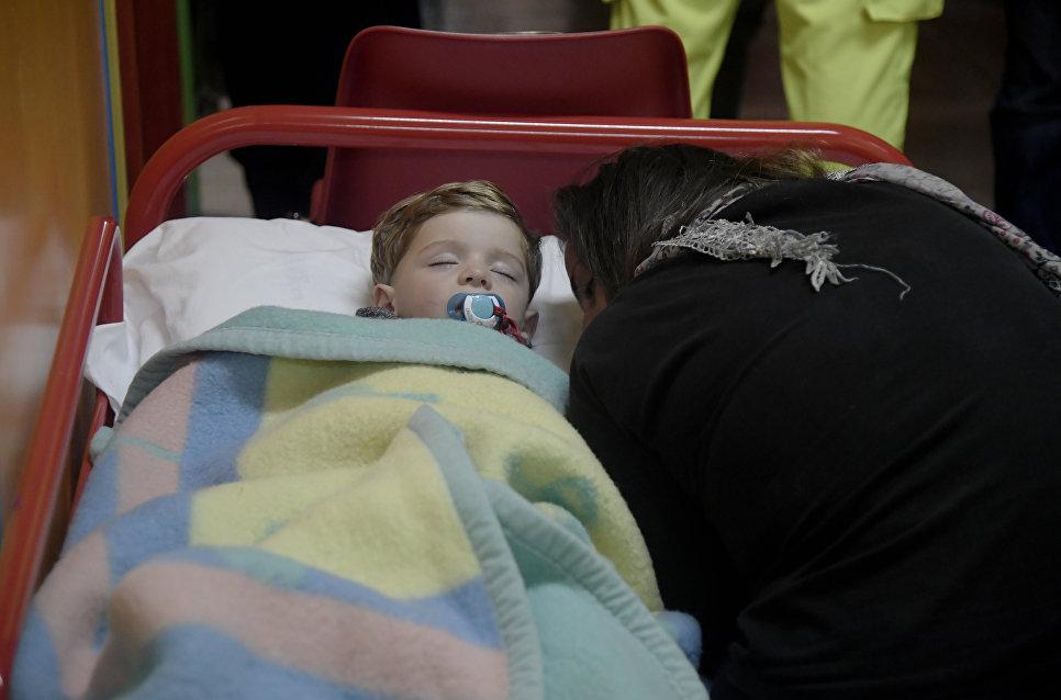 Ребенок во временном убежище после землетрясения в провинции Мачерата, Италия. 26 октября 2016