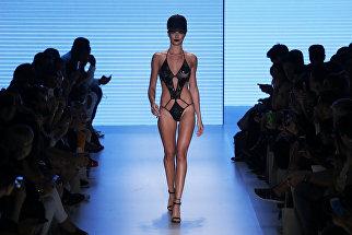 Модель во время Sao Paulo Fashion Week в Бразилии