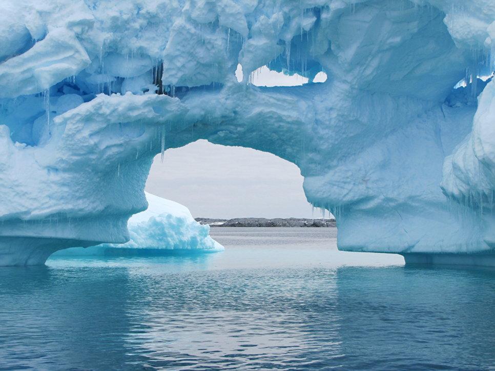 Огромные айсберги на Антарктическом полуострове