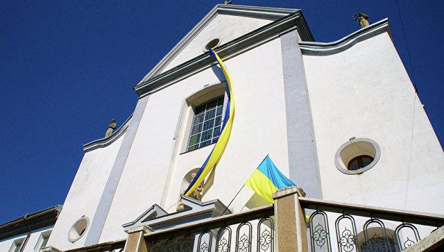 Национальный флаг на здании города Винница, Украина