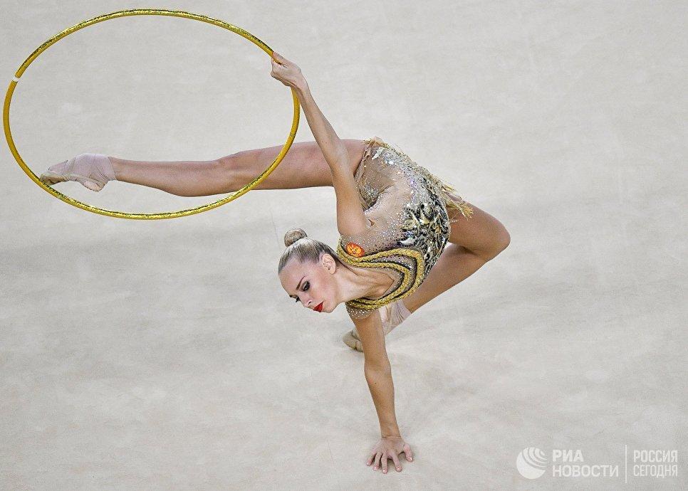 Яна Кудрявцева выполняет упражнения с обручем в индивидуальном многоборье по художественной гимнастике на XXXI летних Олимпийских играх