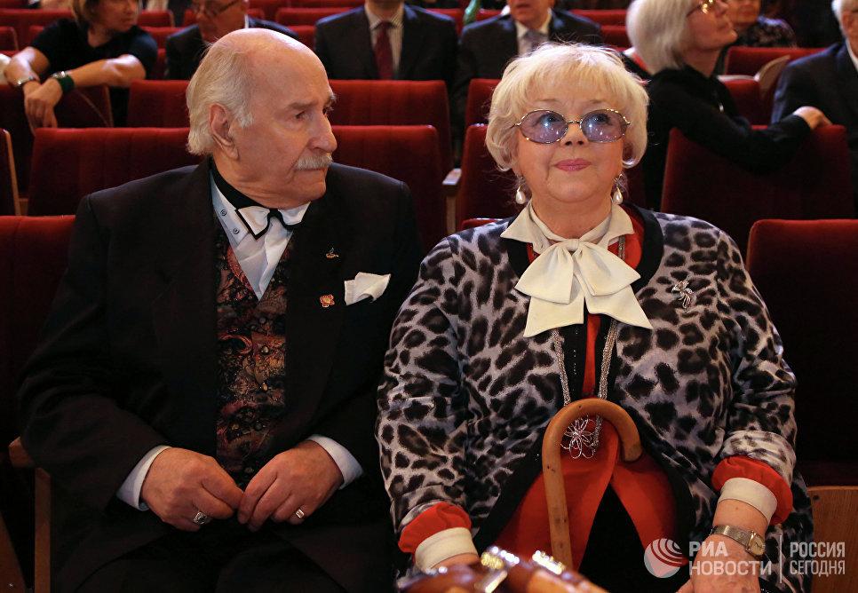 Актер Владимир Зельдин с супругой Иветтой Капраловой перед церемонией вручения премии Ника. 2014 год