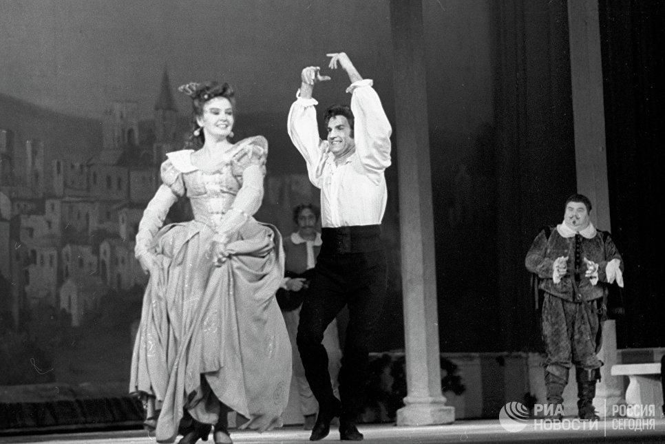 Владимир Зельдин и Валентина Савельева в спектакле Учитель танцев