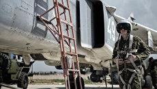 Пилот ВКС России садится во фронтовой бомбардировщик Су-24 на авиабазе Хмеймим в Сирии