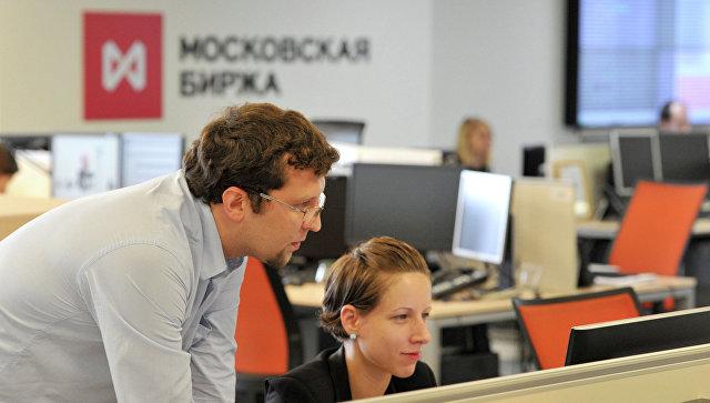 Сотрудники в офисе московской биржи ММВБ-РТС