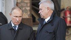 Владимир Путин и Вагит Алекперов во время посещения предприятия АО Астраханское судостроительное производственное объединение. 31 октября 2016