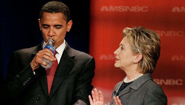 Барак Обама во время беседы с Хилари Клинтон до начала прений на выборах 2008 года. Архивное фото