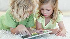 Дети с планшетным компьютером. Архивное фото.