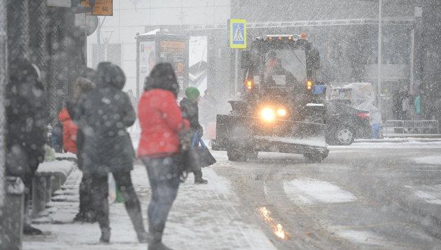 Люди во время снегопада в Москве. Архивное фото