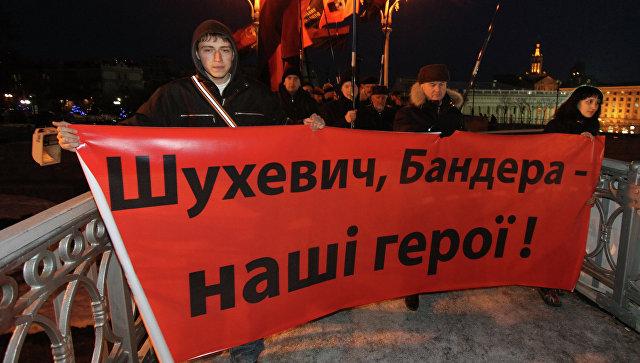 Участники факельного шествия с плакатом Шухевич, Бандера - наши герои на Майдане Незалежности. Архивное фото.
