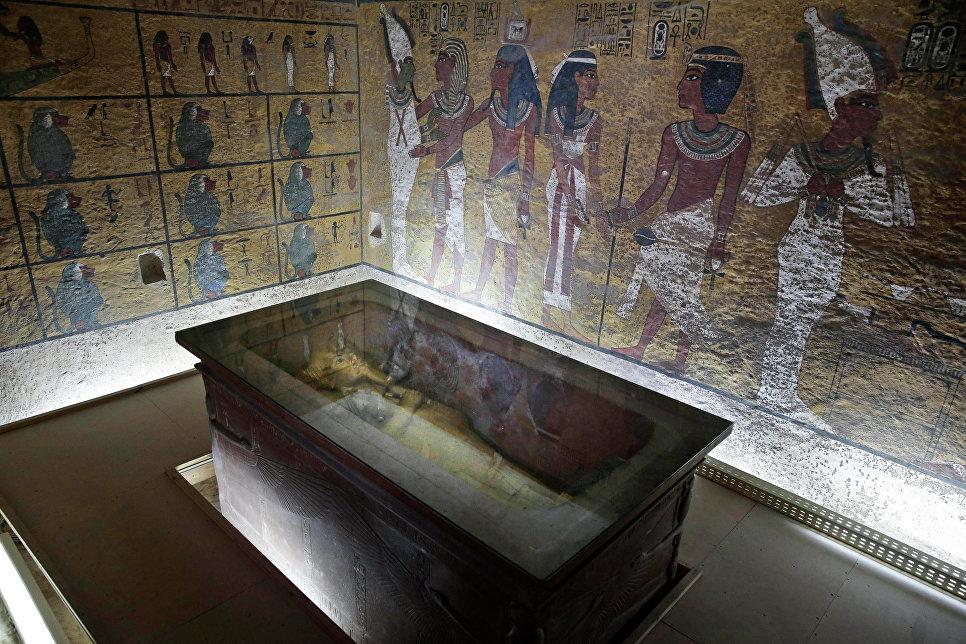 8-метровую статую фараона РамсесаII отыскали вбедном квартале Каира