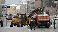 Спецтехника коммунальных служб убирает снег на улицах Москвы. Архивное фото