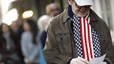 Мужчина в шарфе под цвет флага США на избирательном участке в Нью-Йорке. Архивное фото