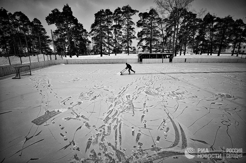 Подготовка катка любительского ХК Ветлуга к хоккейному матчу в городе Ветлуга Нижегородской области.