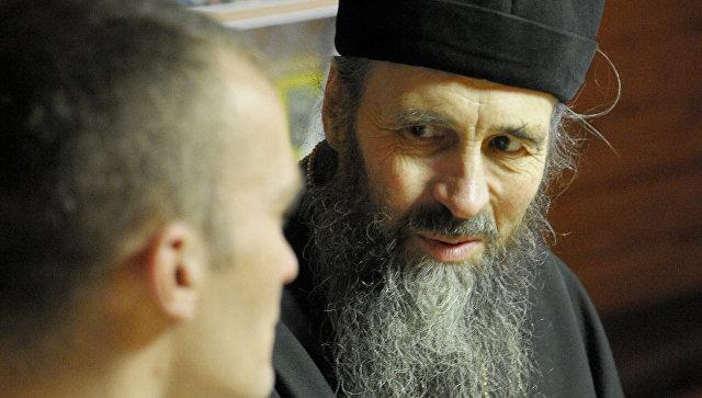 Священник беседует с наркозависимым в реабилитационном центре Сологубовка Тихвинской епархии РПЦ