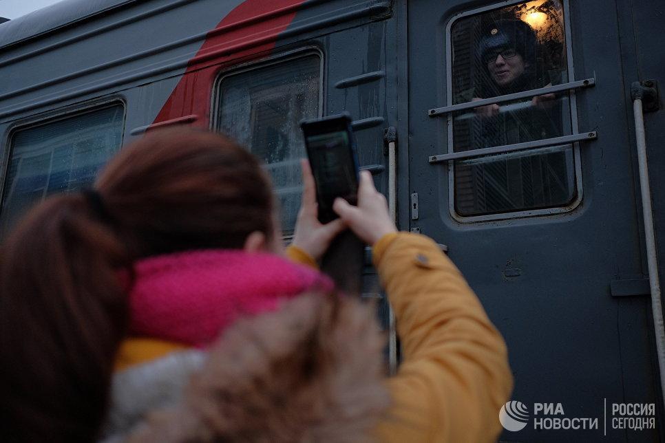 Призывники перед отправкой на службу в армию на железнодорожном вокзале города Сызрань Самарской области