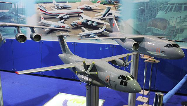 Макет оперативно-тактического военно-транспортного самолета Ил-112. Архивное фото