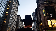 Мужчина на 5-й Авеню в Нью-Йорке