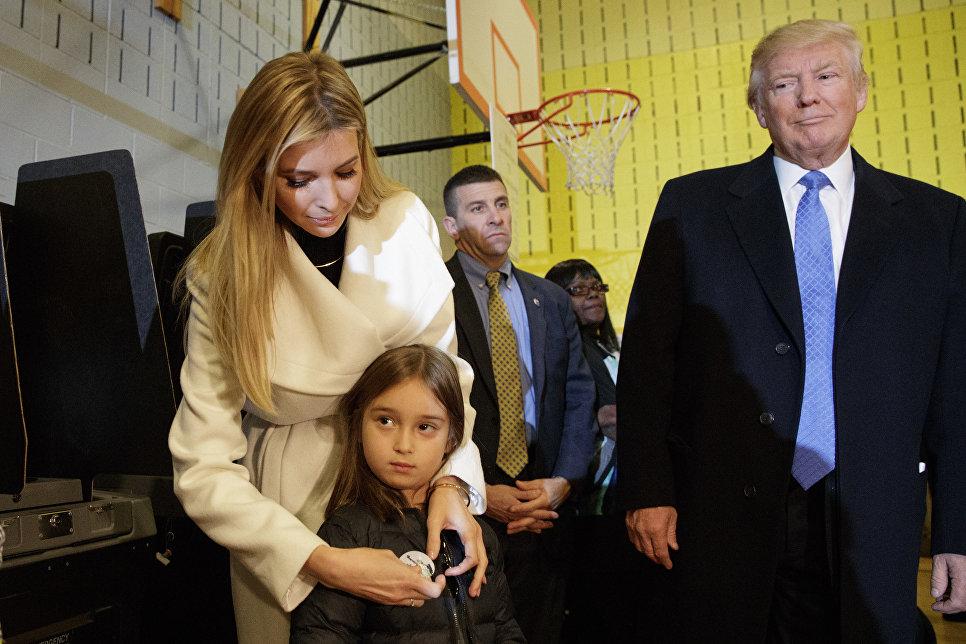 Дональд Трамп, Иванка Трамп и ее дочь Арабелла во время голосования в Нью-Йорке. 8 ноября 2016