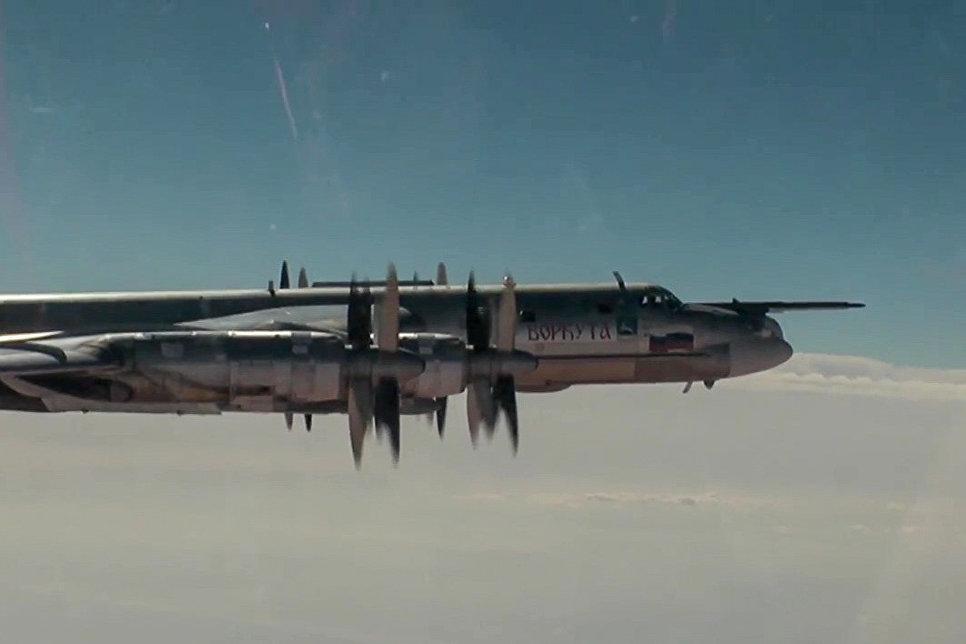 Стратегический бомбардировщик-ракетоносец Ту-95МС ВКС РФ во время полета для нанесения авиаудара крылатыми ракетами по объектам незаконных вооруженных формирований на территории Сирийской Арабской Республики