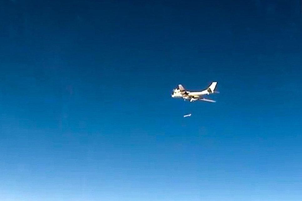 Стратегический бомбардировщик-ракетоносец Ту-95МС ВКС РФ во время нанесения авиаудара крылатыми ракетами по объектам незаконных вооруженных формирований на территории Сирийской Арабской Республики