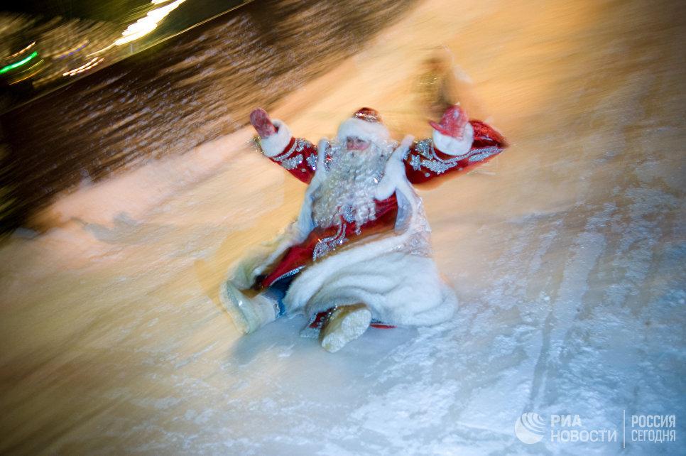 Дед Мороз на открытии катальной горки в Александровском саду