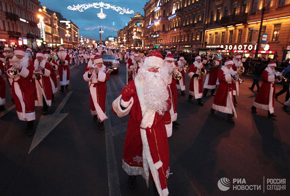 Оркестр Дедов Морозов во время шествия Вссероссийского Деда Мороза по Невскому проспекту в Санкт-Петербурге