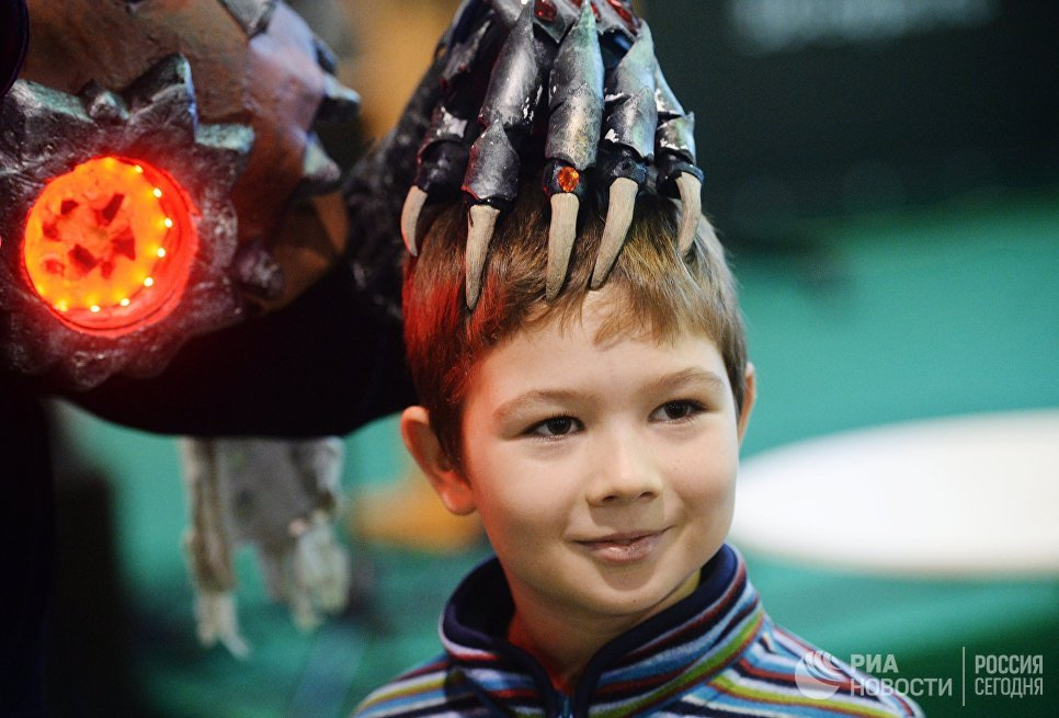 Мальчик на выставке 3D Print Expo 2016 в Москве