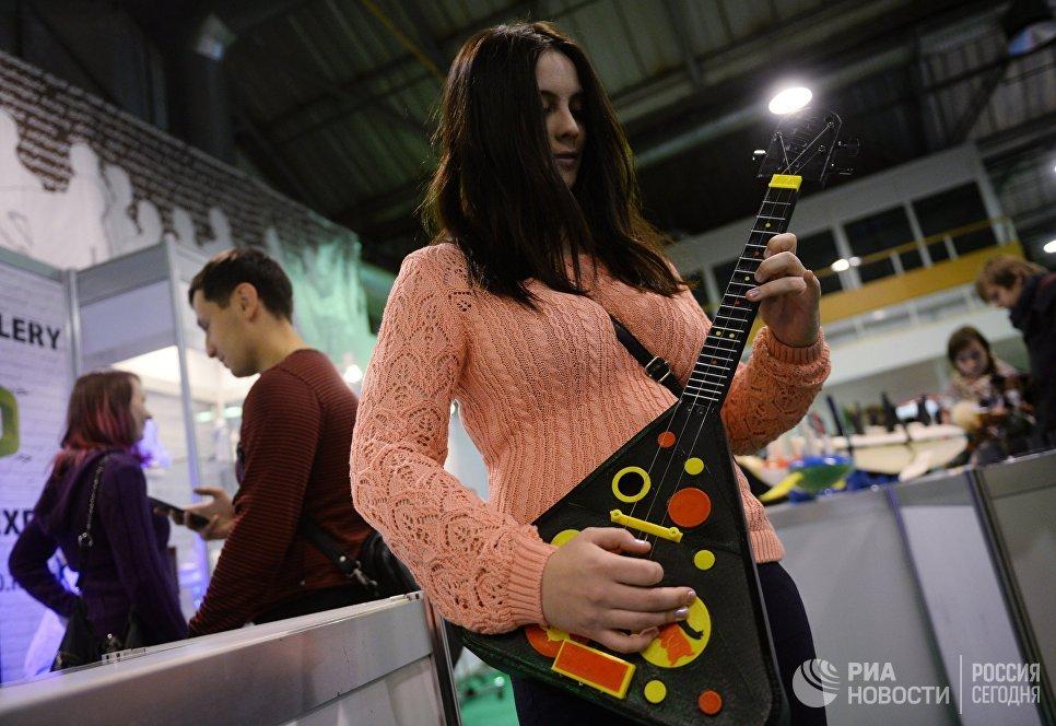 Балалайка, напечатанная на 3d-принтере, на выставке 3D Print Expo 2016