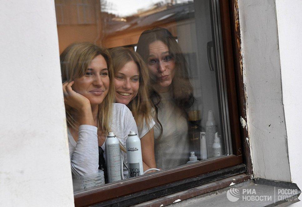 Сотрудницы салона красоты на улице Большая Дмитровка смотрят церемонию открытия памятника балерине Майе Плисецкой