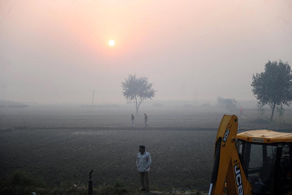 Спасатель на месте крушения поезда в штате Уттар-Прадеш, Индия