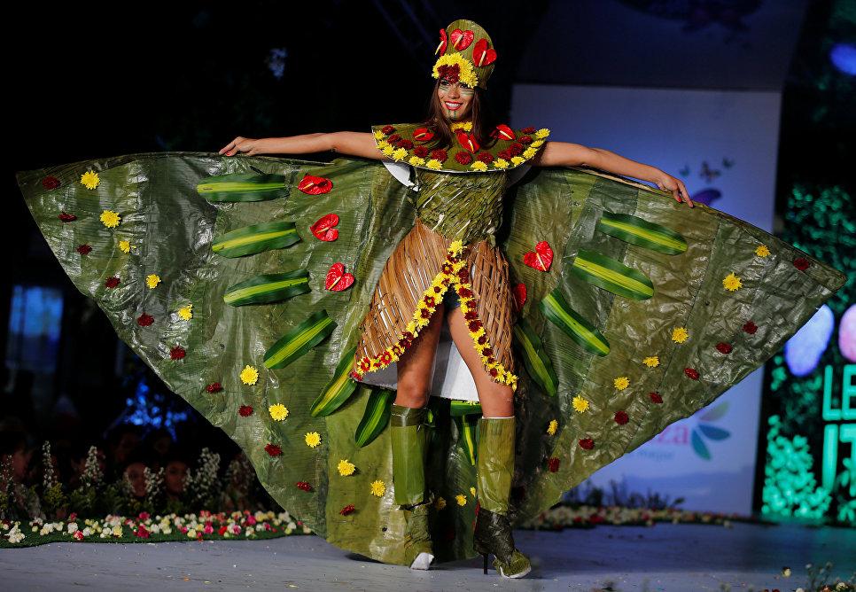 Модель во время показа BioFashion Show в Кали, Колумбия