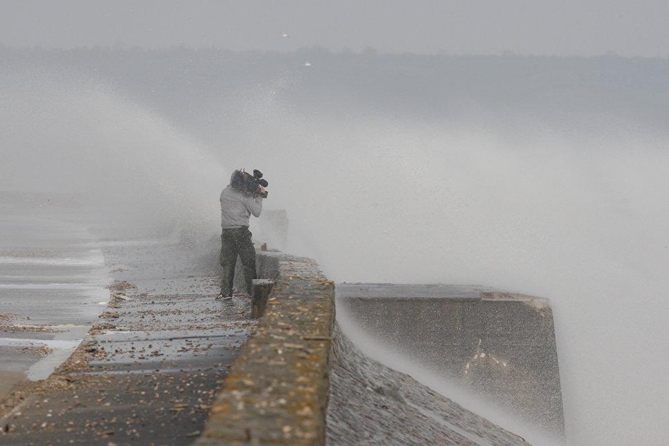 Телеоператор снимает во время шторма в Сен-Маркуф, Франция